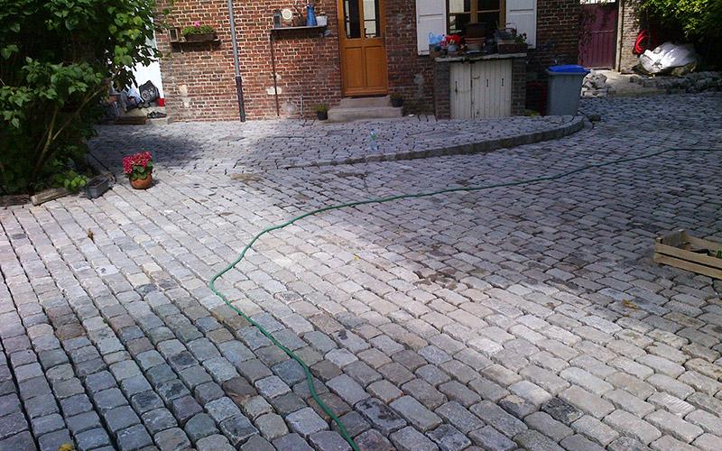 Avant - Aménagement d'une cour privée : Granit coloris mélangé 14x20x14